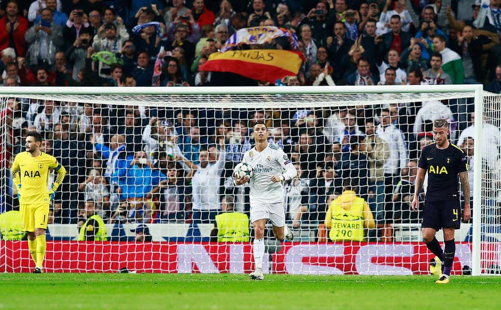 Ronaldo ghi bàn trên chấm 11m