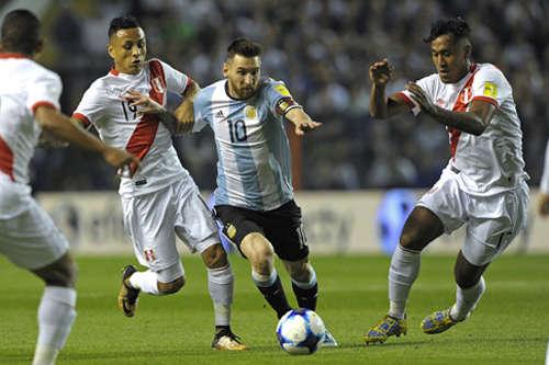Peru (quần trắng) thành công trong việc kiếm điểm trên sân của Argentina