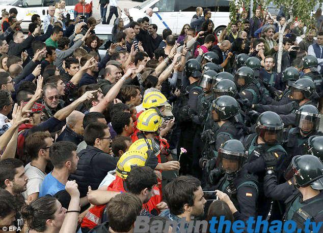 Bạo lực đã xảy ra giữa cảnh sát và người dân xứ Catalonia khi họ đang trên đường đi bỏ phiếu