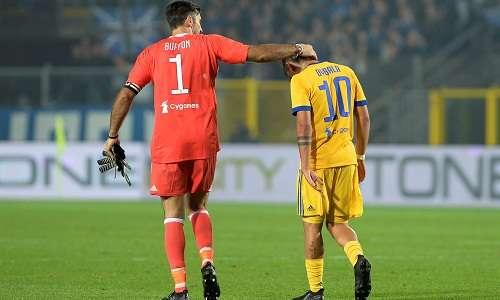 Buffon an ủi Dybala sau pha đá hỏng phạt đền.