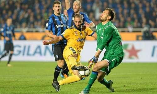 Juventus bị Atalanta ngáng đường trong cuộc đua đầu bảng với Napoli.