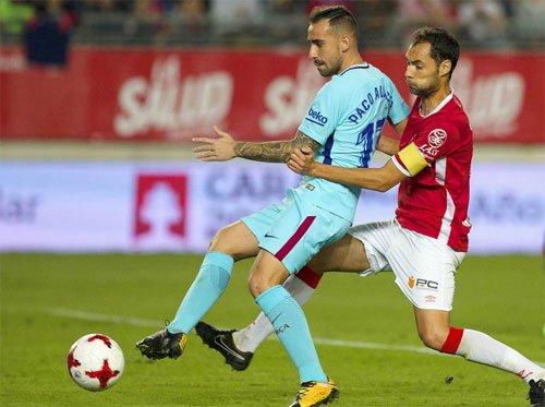 Paco Alcacer (áo xanh) có bàn đầu tiên cho Barca mùa này