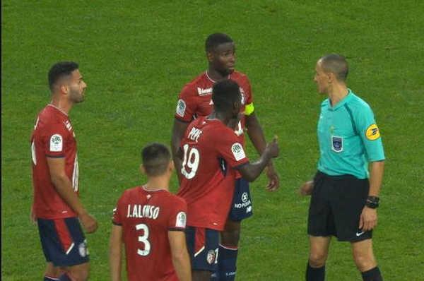 Mắc sai lầm, trọng tài rút thẻ đỏ đuổi... nhầm cầu thủ ở Ligue 1