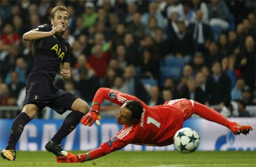 Navas dùng tay đẩy bóng đi chệch khung thành Real sau một cú sút của Kane.