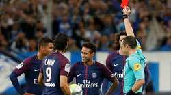 Neymar nhận cơn  mưa vật thể lạ khi đá phạt góc