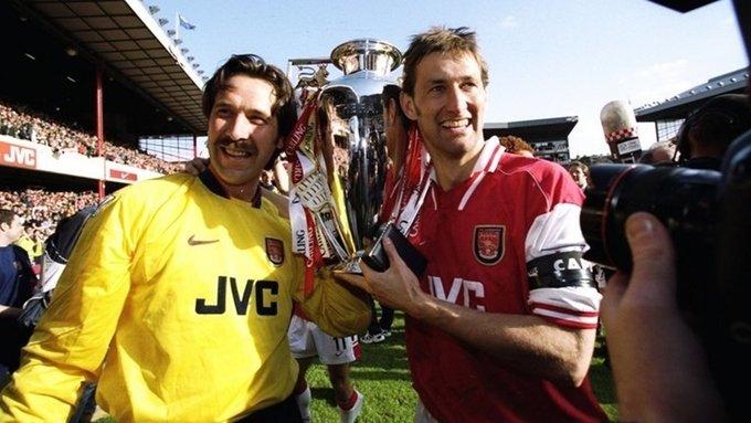 Ngày 3/5/1998. Arsenal đăng quang Ngoại hạng Anh sớm hai vòng sau khi thắng Everton 4-0 trên sân nhà. Đây là chức vô địch đầu tiên của Arsenal sau bảy năm chờ đợi. Người ghi bàn quyết định hôm đó là đội trưởng Tony Adams, với một pha vô lê bằng chân trái quyết đoán.