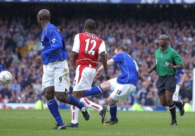 """Ngày 19/10/2002. Wayne Rooney, năm ngày trước khi tròn 17 tuổi, dứt điểm từ ngoài vòng cấm, làm tung lưới David Seaman, chấm dứt chuỗi 30 trận bất bại của """"Pháo thủ"""" tại Ngoại hạng Anh."""