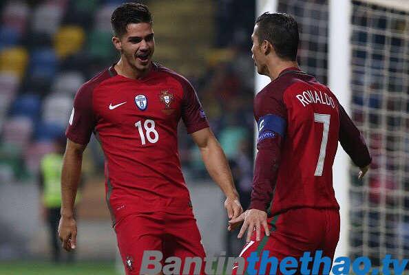 Ronaldo (bên phải) chơi khá mờ nhạt trong hôm nay
