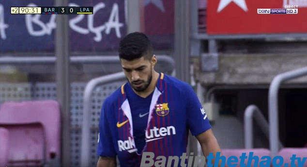 Suarez tự xé áo mình và đi vào phòng thay đồ khi trận đấu vẫn đang diễn ra