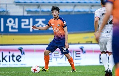 Xuân Trường tập luyện trong màu áo Gangwon FC.