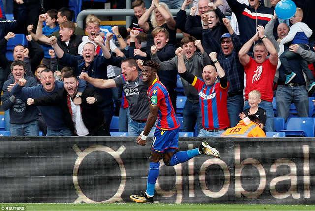 Zaha ăn mừng sau khi ghi bàn vào lưới Chelsea