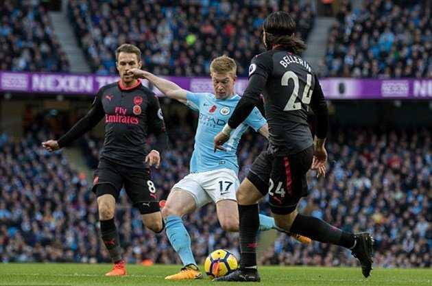 Arsenal gục ngã, Man City củng cố ngôi đầu