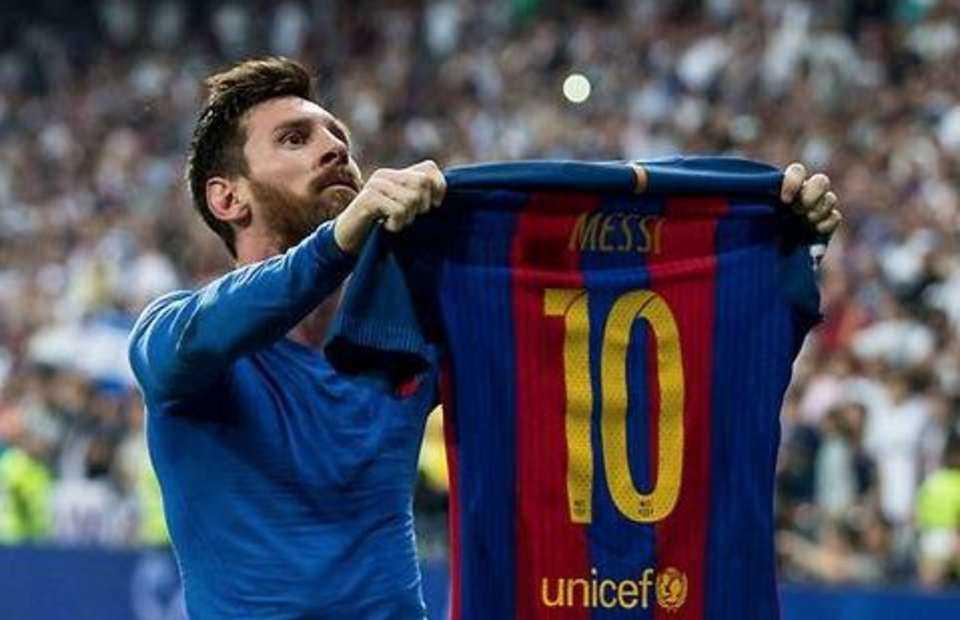"""Messi chính thức gia hạn hợp đồng với Barca, HLV Burnley: """"Tôi không thể hiểu nổi trọng tài"""""""
