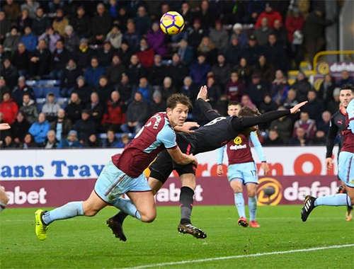 Ramsey trong tình huống bị Tarkowski kéo ngã
