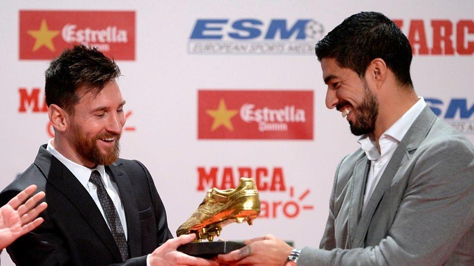 Messi nhận danh hiệu Chiếc giày vàng châu Âu từ đồng đội, người bạn thân Luis Suarez, chủ nhân của giải thưởng mùa giải 2015/16