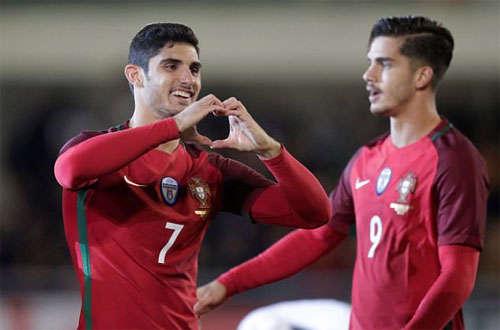 Guedes (trái) có tiềm năng thay Ronaldo trong tương lai.