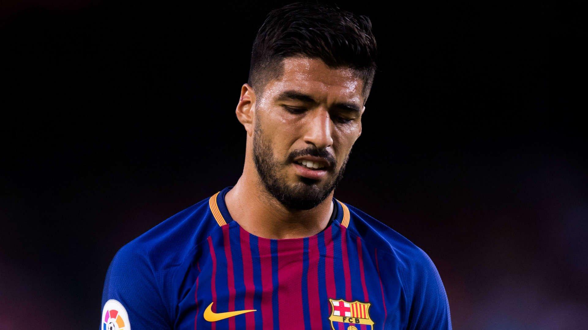 Luis Suarez sa sút một cách khó hiểu