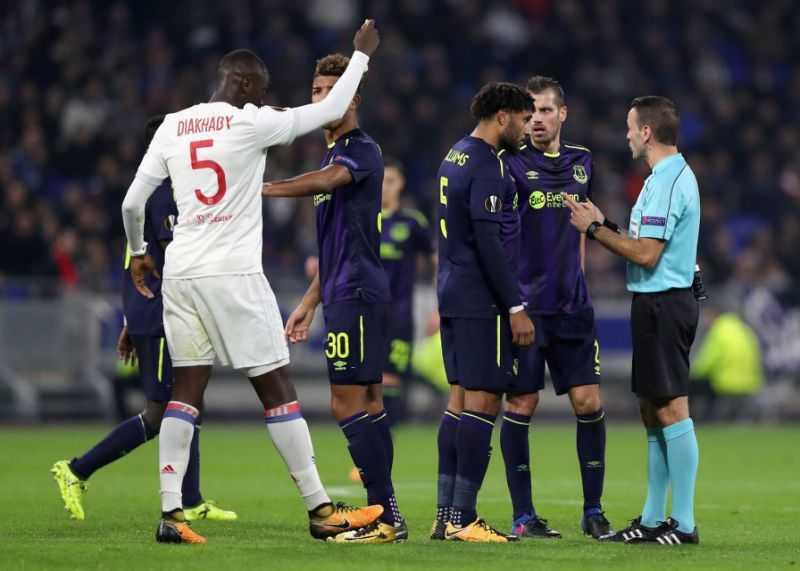 Everton chia tay Europa League, Milan vững ngôi đầu