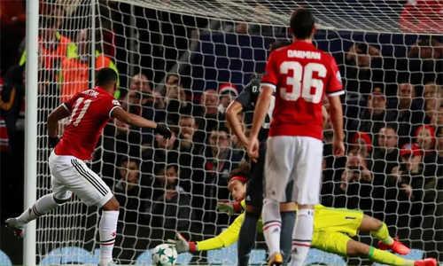 """Chỉ với hai trận đấu với Man United, Mile Svilar đã...trở nên """"nổi tiếng"""""""