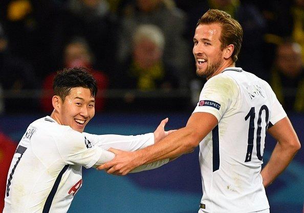 Mỗi người một bàn, Son cùng Kane giúp Tottenham lội ngược dòng thành công và đi tiếp với ngôi đầu bảng