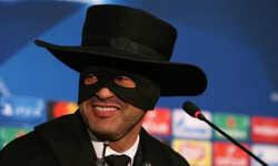 HLV Shakhtar đóng giả Zoro trong buổi họp báo sau khi đánh bại Man City