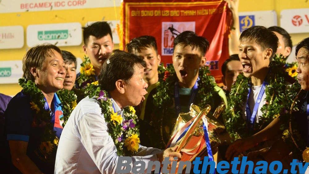 Niềm vui vủa các học trò ông Trịnh Duy Quang trong ngày đăng quang