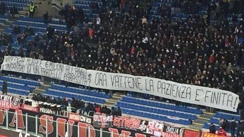 CĐV Milan treo banner để phản đối Donnarumma.