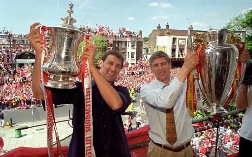 Tony Adams và Arsene Wenger với cú đúp danh hiệu năm 1998