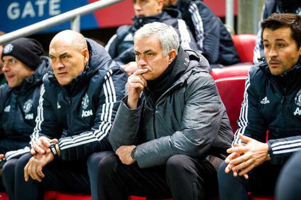 Sau trận thua sốc, nhiều CĐV MU đòi đuổi Mourinho