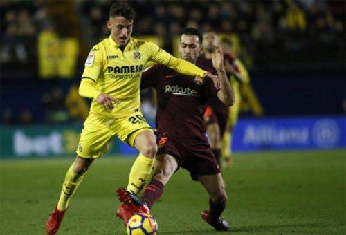 Busquets (áo nâu) có vai trò phân phối bóng và đánh chặn trong hàng tiền vệ Barca.