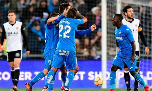Valencia bỏ lỡ cơ hội rút ngắn cách biệt với Barca