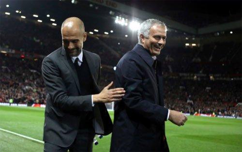 Pep Guardiola và Jose Mourinho tại Old Trafford mùa trước.
