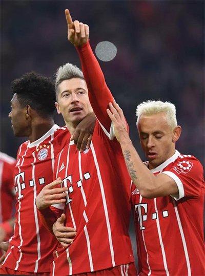 Lewandowski nhận niềm vui đúp, khi giúp đội nhà chiến thắng, còn bản thân lập kỷ lục cá nhân.