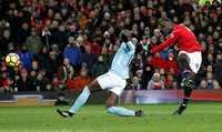 "Lukaku hứng ""mưa gạch đá"" sau trận derby Manchester"