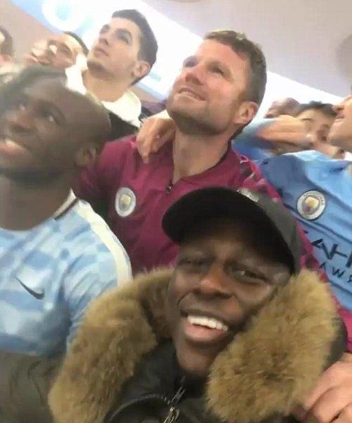 Mendy quay video cảnh đồng đội trêu tức Man Utd ngay sau trận thắng Tottenham.
