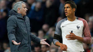 MU vung tiền tấn mua Varane, Chelsea chi đậm lấy Vidal