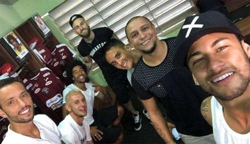 Neymar (phải) chụp ảnh cạnh Roberto Carlos, Lucas Lima (giữa), Dante (thứ ba từ trái sang), Nene (trái) và một số cầu thủ khác