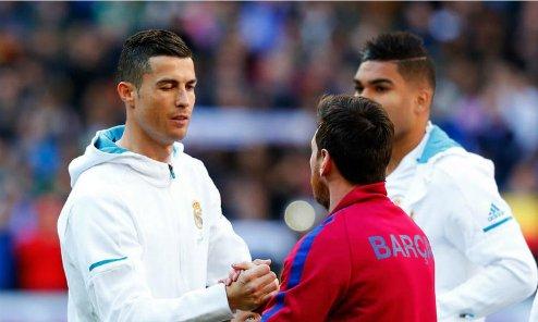 Ronaldo bắt tay Messi trong trận El Clasico.
