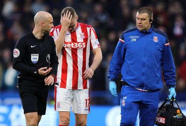 Stoke mất trung vệ Ryan Shawcross