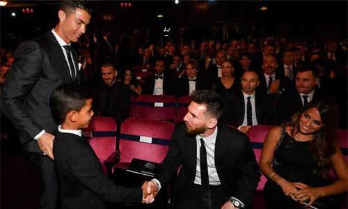 Con trai Ronaldo cảm ơn và gọi Messi là thần tượng