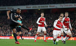 Wenger tức giận vì hàng thủ đá như mơ ngủ