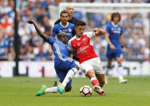 Sanchez trong một trận đấu với Chelsea.