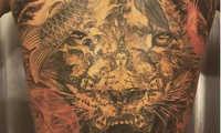 Ibrahimovic xăm hình sư tử trên lưng