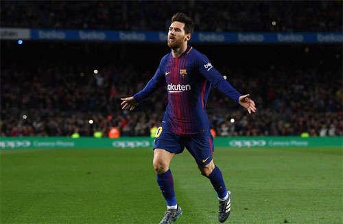 Messi chia vui sau pha sút phạt trực tiếp thành công.