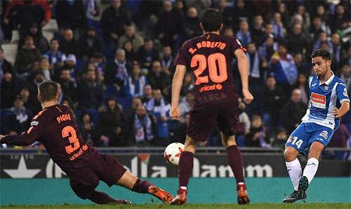 Cú đá nối của Oscar Melendo buộc Barca phải nếm mùi thất bại.