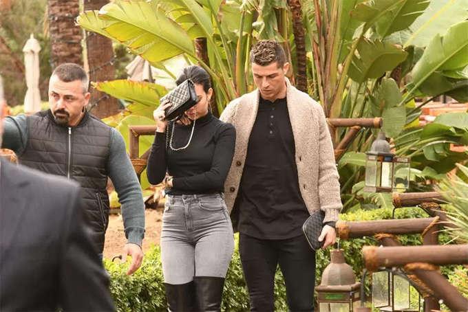Ronaldo và bạn gái Georgina tới đảo Marbella, Tây Ban Nha hôm 28/1 để kỷ niệm sinh nhật. Hai người thiếu đi sự vui vẻ tự nhiên trong sự kiện lẽ ra đem đến nhiều nụ cười. Trước đó, Ronaldo dính tin đồn nhắn tin cho người mẫu Anh, Rhian Sugden vào buổi tối