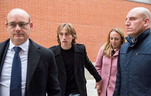 Vợ chồng Modric đi cùng luật sư trong ngày ra tòa
