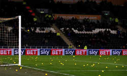 CĐV của Hull City ném hàng trăm quả bóng vào sân