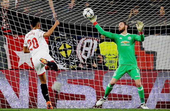 Chơi như 'lên đồng', De Gea giúp MU thoát chết trước Sevilla