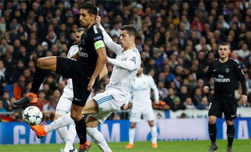 Marquinhos đeo băng thủ quân của PSG trong trận lượt đi đấu với Real